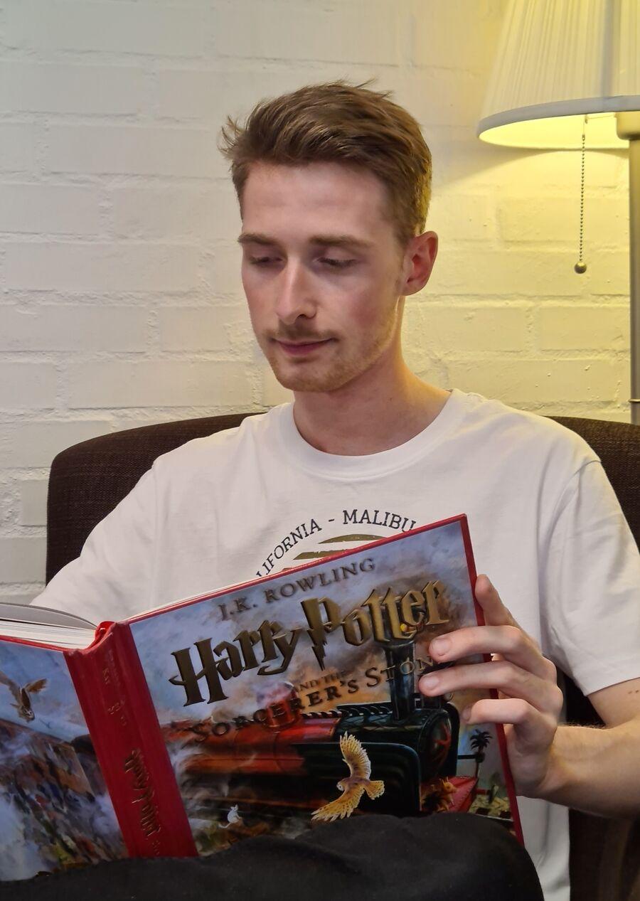 Andreas læser Harry Potter